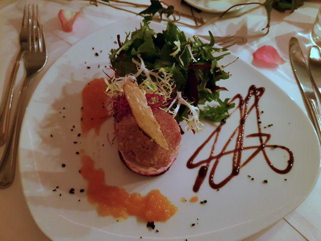 Ziegenkäse mit Apfel und Rote Bete mit einer Honig Walnusskruste und Wildkräutersalat
