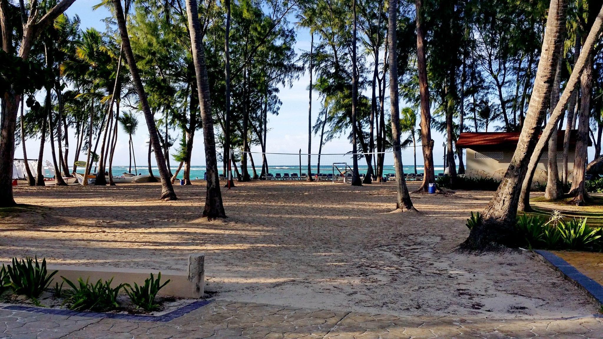 Strand mit Beachvolleyball Feld und Strandbar