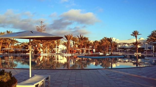 El Mouradi Djerba Menzel Hauptpool im Morgenrot